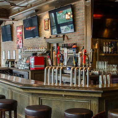 15 Chicago Sports Bars That Also Serve Good Food feature image