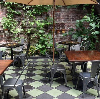 33 Great Places To Eat Outside Right Now feature image